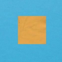 Zandgeel op helderblauw